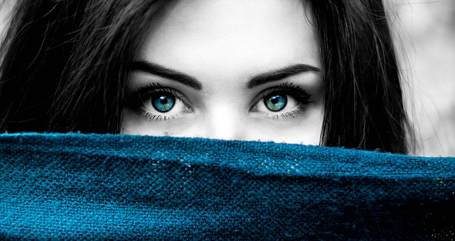 What does Right eye blinking for a Female Mean? | According to Astrology